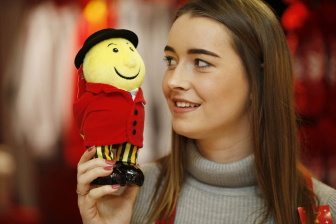 No Repro Free: Friday 4th November 2016. The Tayto Pop Up Shop is on the move once more and this time it's going festive! This Christmas Mr. Tayto is delighted to announce that he is opening the doors to his very own Tayto Crispmas Workshop in the iconic Arnotts Christmas Windows. The Pop Up Crispmas Workshop will be located in the Arnotts Christmas windows on Henry Street and Arnotts Festive Flavours Market in the Lower Basement. The window design has been inspired by Santa's workshop in the North Pole and has been custom furnished and decorated to Mr. Tayto's high standard. The window will have the much loved and original, Tayto Crispmas Sandwich, in 4 different Tayto-tastic flavours; The Cheese and Onion Crispmas Classic, The Salt and Vinegar Santa Sambo, The Smokey Bacon Bells Buttie and the Prawn Cocktail Tinsel Treat! Not only that but, exclusive Tayto Gift Boxes, bags and advent calendars are also available. Stuck for some great Crispmas present or Krisp Kindle ideas? Tayto's Christmas Shop located downstairs in Arnotts, is a one-stop-shop for everything Tayto-related, including Crispmas Tayto merchandise, a personalised gift service to make that present extra special as well as gift vouchers and family passes to Ireland's most- loved theme park and zoo – Tayto Park. The dapper man in the hat and the originator of the crisp sandwich will also be on hand to soak up some festive fun and will be making appearances every weekend on the run up to Christmas. All things #ArnottsTaytoCrispmas will be in Arnotts from the 5th of November until first week in January Photo shows : Orlaith Deegan from Meath, at Arnotts today. Jason Clarke Photography.